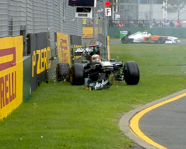 Chandhok crash australia fp1 2011