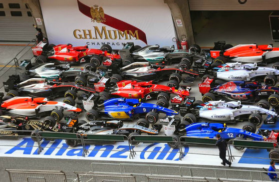 l_2015-5-15_news_f1-cars-at-parc-ferme_l1-1