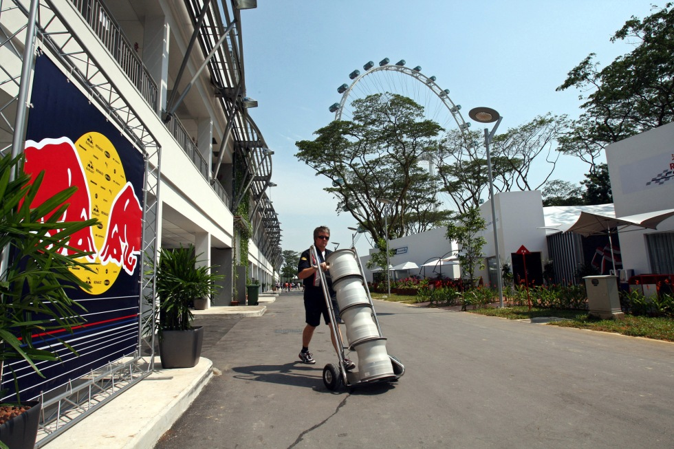 GEPA-250908101 - SINGAPORE,SINGAPORE,25.SEP.08 - FORMULA 1, MOTORSPORT - Formula One Grand Prix of Singapore, preview, Thursday. Image shows Neil Dickie (Red Bull Racing) in the paddock and the Singapore Flyer in the background. Keywords: interview backdrop. Photo: GEPA pictures/ Franz Pammer